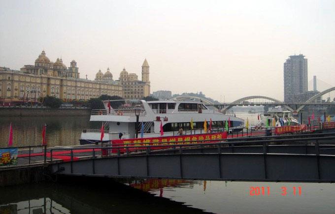 豪华客轮停泊在闽江中福州中洲岛,是福建省会福州市的母亲河—&