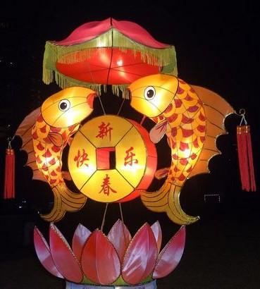 在它们的两侧,有少数对称的小型花灯,彰显出五一广场花灯的