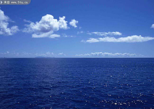 我爱大海,一碧如洗的蓝天和一望无际的蓝海交织成一线,形态各