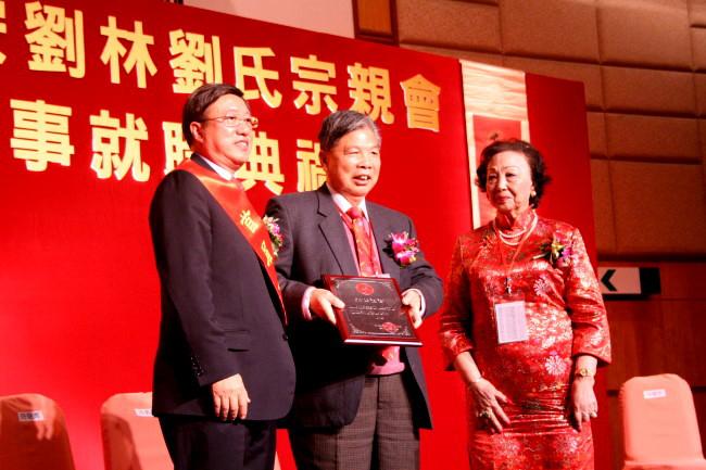 (10)左:会长刘贤贤先生 右:科大副校长黄玉山先生 (11)左:理事长刘焕图片